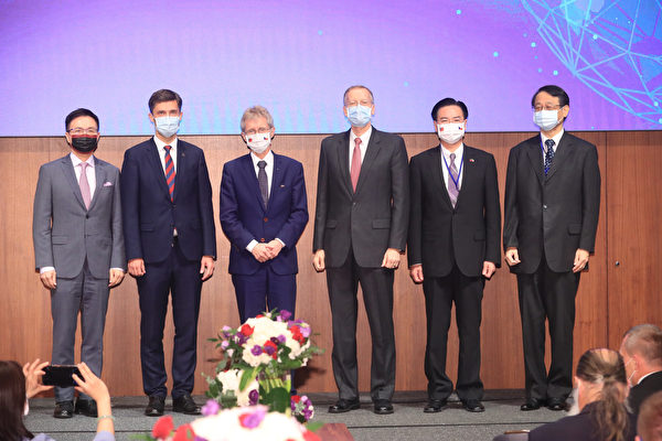 「重組供應鏈:促進理念相近夥伴間之韌性論壇」4日下午在台北舉行,台灣外交部長吳釗燮(右2)、美國在台協會(AIT)處長酈英傑(右3)、歐盟駐台代表高哲夫(左2)、捷克參議院議長維特齊(左3)、日本駐台代表泉裕泰(右),以及外貿協會董事長黃志芳(左)等人出席。(中央社)