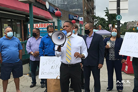圖中持喇叭者為市議會候選人喬蘇·佩雷斯(Josue Perez)。