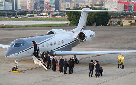 美國國務次卿柯拉克(Keith Krach)率團搭乘「灣流五型」商務包機訪臺,下午約5時21分飛抵臺北松山機場,訪團成員陸續下機,向接機人員致意。