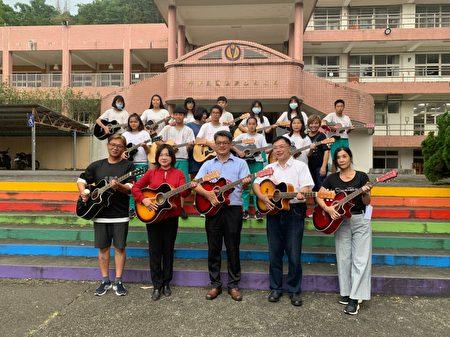 长期关注偏乡音乐教育的钢琴老师曾芋蜻,上周末捐赠一批吉他给鱼池国中吉他社,挹注偏乡音乐资源。