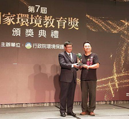 署長頒發優等獎項予結頭份社區總幹事陳聰文