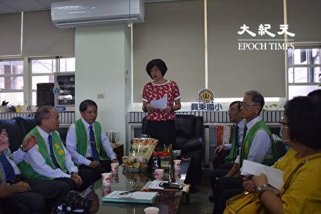 员东国小校长涂惠萍向扶轮社人员说明。