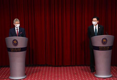 外交部长吴钊燮(右)与捷克参议院议长维特齐(左) 3日在外交部举行联合记者会,对外分享此次台捷交流成果。