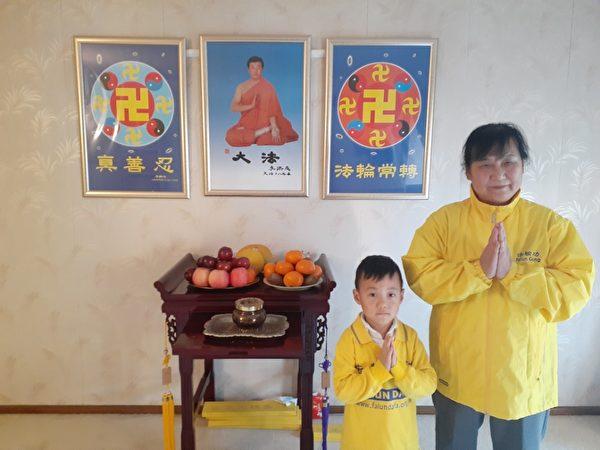 墨爾本法輪功學員侯社香和小弟子Roy祝願李洪志師父中秋快樂。(本人提供)