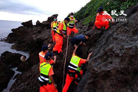海巡人員緝獲游泳上岸的越南偷渡客。