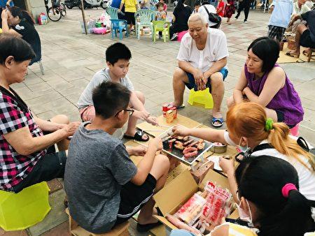 社区亲子共享烤肉时光。
