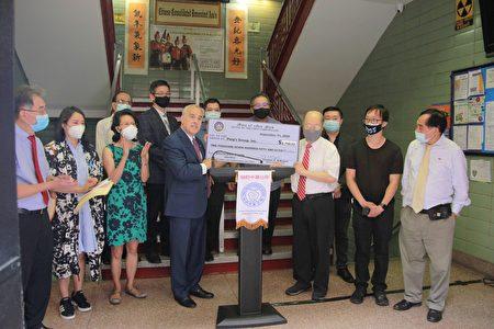 州主計長迪納波利(前排左四)協助華埠昇輝酒樓,將銀行戶口的資金還給該商家,在11日當天帶來支票給昇輝酒樓。