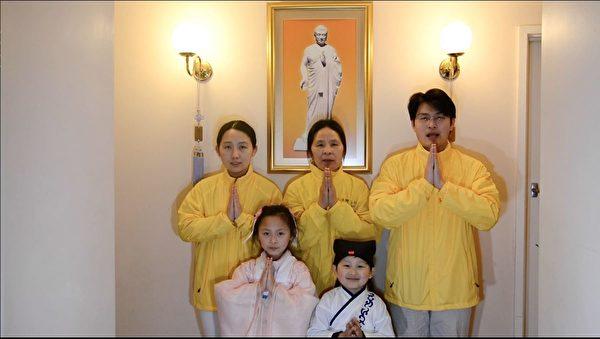 墨爾本法輪功學員Jason Fan(後排右一)一家祝願李洪志師父中秋快樂。(影片截圖/本人提供)