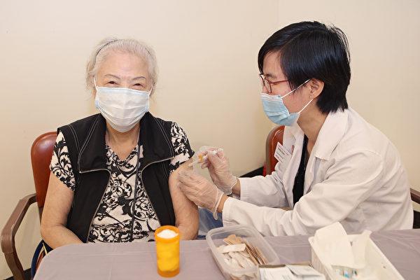 孔子大厦与CVS药房为近两百民众接种流感疫苗