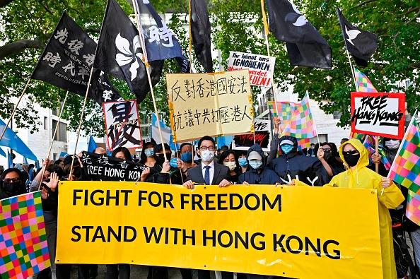 2020年9月1日,中共外長王毅與德國外長會晤,前香港眾志創黨主席羅冠聰在柏林參加抗議活動。(TOBIAS SCHWARZ/AFP via Getty Images)
