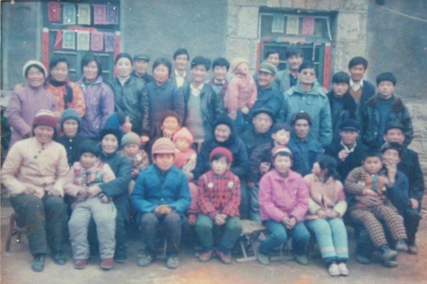 陳光誠和父老鄉親在一起。(受訪人提供)