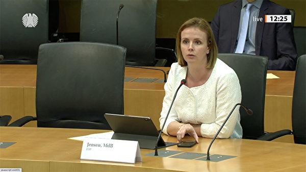 9月14日,德國國會人權與人道主義援助委員會主席、自民黨籍議員嚴森(Gyde Jensen)在國會聽證會上發言。(影片截圖)