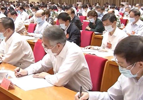 9月25-26日,中共召開新疆工作會議,參會陣容龐大,這次被允許戴口罩。(影片截圖)