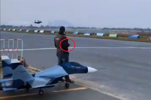 一名男子疑似拿著遙控器在操控這架噴射機。(影片擷圖)