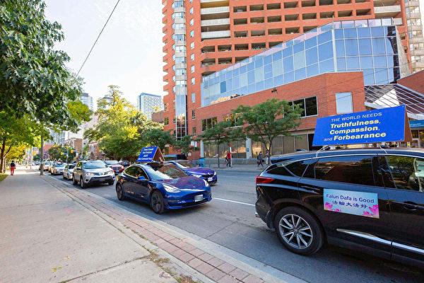2020年9月19日下午,加拿大退黨服務中心車隊分別在世界著名景點尼亞加拉瀑布及多倫多市中心同步展開遊行活動,向民眾傳真相,呼籲認清中共邪惡,退出中共黨、團、隊。(Renee Zheng/大紀元)