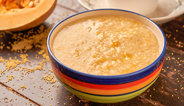 南瓜养胃吃法:南瓜和小米煮粥,对于消化道溃疡很有帮助。(Shutterstock)