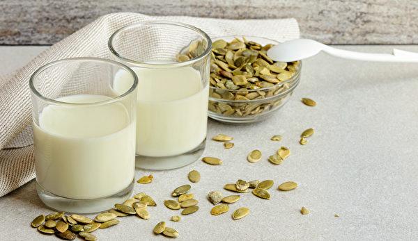 保护摄护腺的吃法:吃南瓜子或用南瓜子粉搅拌在牛奶里饮用。(Shutterstock)