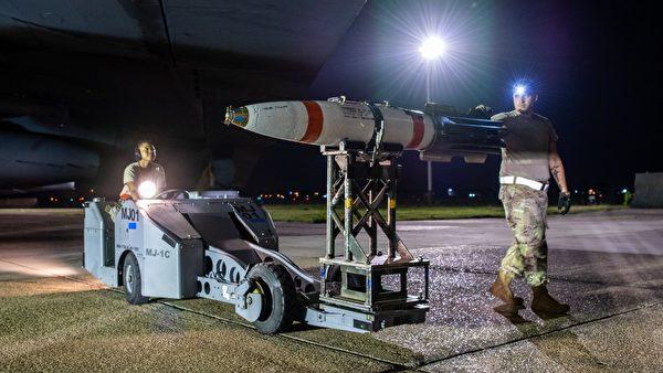 2020年8月11日,巴克斯代爾空軍基地的美軍士兵正在將「迅擊」水雷裝載到一架B-52轟炸機上。(Jacob B. Wrightsman/U.S. Air Force)