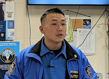 紐約市警察局111分局藏族警察昂旺(左)被控為中領館蒐集情報,於2020年9月21日在長島家中被捕。資料照(大紀元資料圖片)