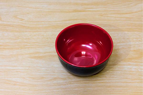 美耐皿餐具不建议盛装滚烫热食,以免吃入毒素。(Shutterstock)