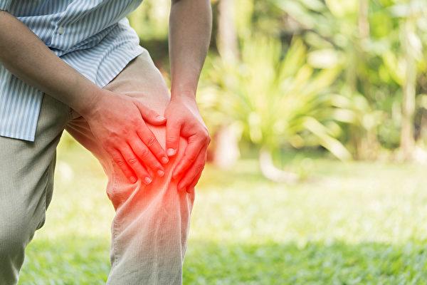 随年纪增加,越容易得退化性关节炎。(Shutterstock)