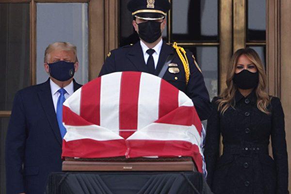 2020年9月24日,華盛頓DC,美國總統特朗普和第一夫人梅拉尼婭(Melania Trump)在美國最高法院西門向露絲·巴德·金斯伯格(Ruth Bader Ginsburg)的覆蓋著國旗的靈柩表示敬意。(Alex Wong/Getty Images)