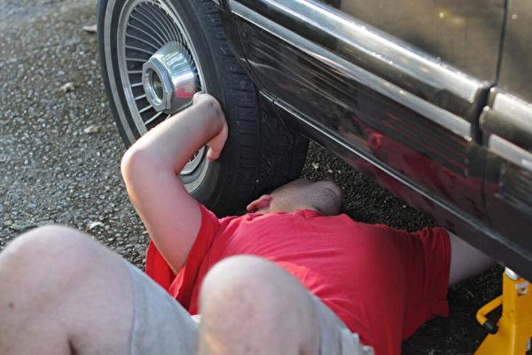 義犬狂吠 救下壓在車下的美喬州男子