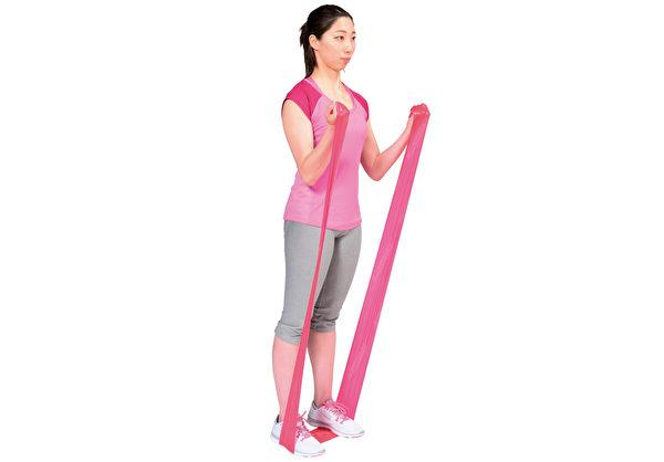 重訓之阻力帶訓練:阻力帶手臂屈曲訓練肱二頭肌,手肘彎曲時也不易流失負荷。(采實文化提供)