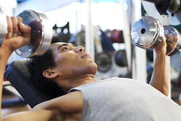 新手進行重量訓練,如何選擇合適的重訓項目?(Shutterstock)