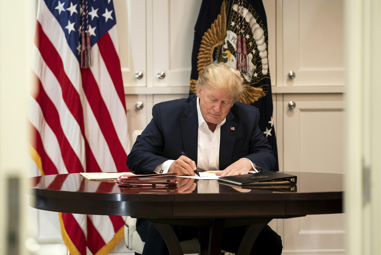 10月4日,特朗普的醫療團隊說,總統身體持續恢復,有望周一返回白宮。圖為特朗普10月3日在他位於馬里蘭州貝塞斯達的沃爾特・里德國家軍事醫學中心的會議室工作。(Joyce N. BOGHOSIAN/The White House/AFP)