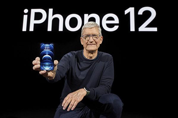 2020年10月13日,蘋果CEO手持一款新版iPhone 12 Pro。(Brooks KRAFT/Apple Inc./AFP)
