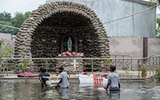 豪雨侵袭印度东南两省 32死8万人疏散