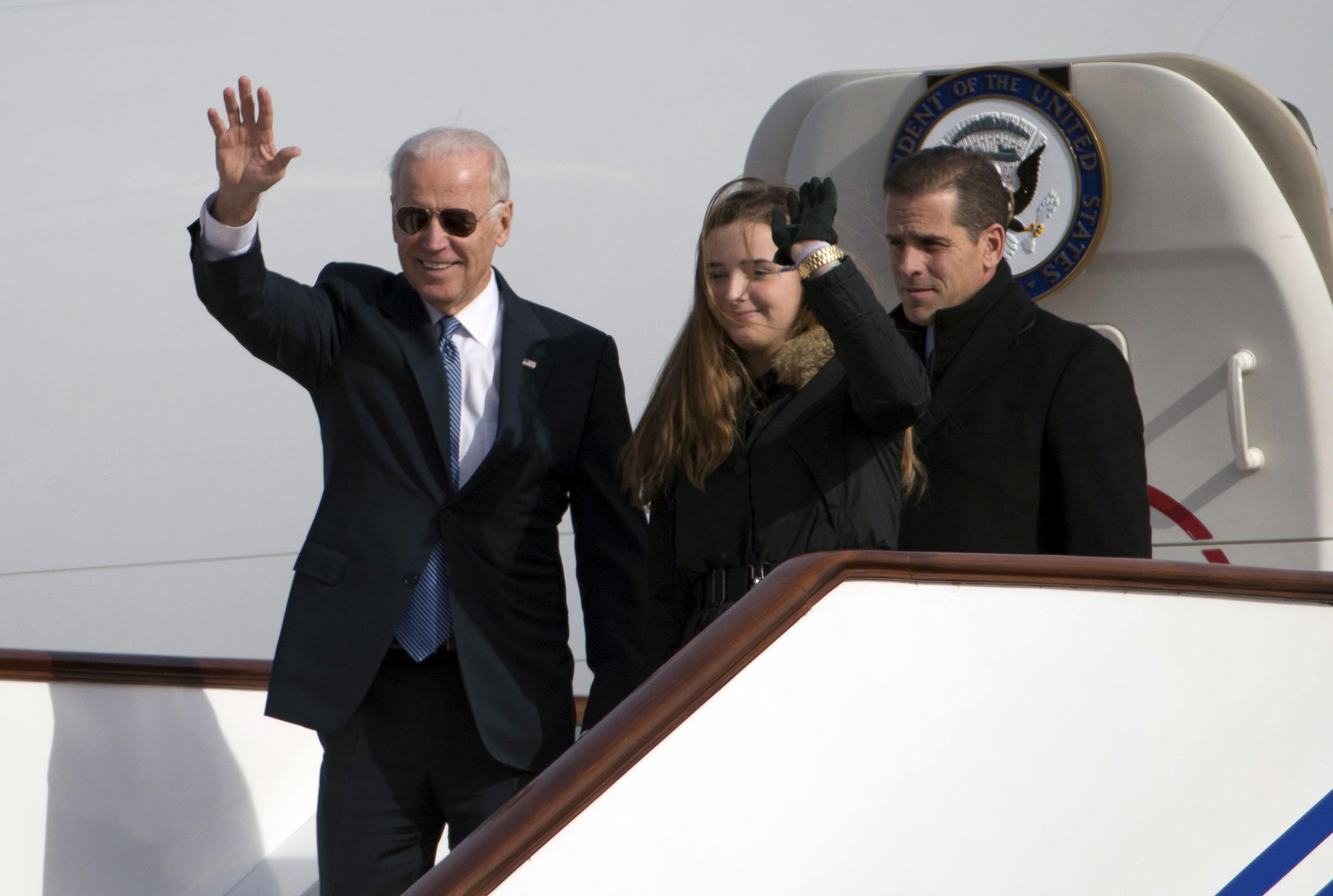 圖為2013年12月,時任美國副總統拜登(左)和孫女Finnegan Biden(中)和兒子亨特·拜登(右)抵達北京。(Photo by NG HAN GUAN / POOL / AFP)