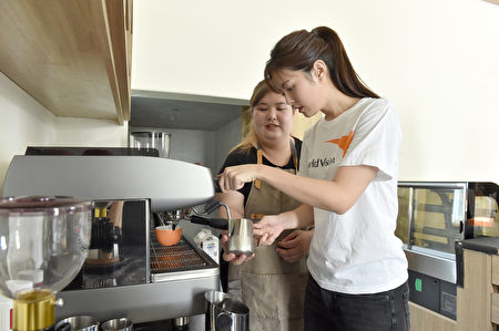 成為咖啡師的淇晏,為任容萱一步步解說沖煮義式咖啡及拉花的技巧。