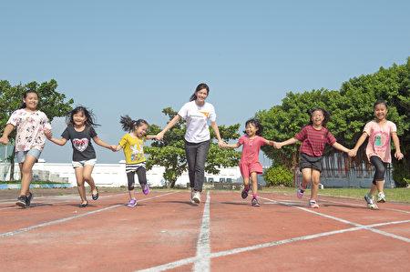 陪伴女孩成長茁壯!任容萱呼籲民眾透過資助國內外弱勢女童,守護女孩的成長之路。