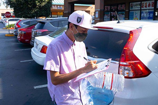 Christopher Baltaza了解到,在打倒中共惡魔徵簽表上簽名,比疫苗更有效時,馬上簽了字。(周容/大紀元)