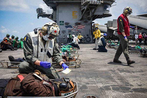 美國國防部發佈的2020年10月7日美國「列根」號航母在南中國海開展大規模傷亡演習的照片。(Mass Communication Specialist 3rd Class Gabriel A. Martinez)