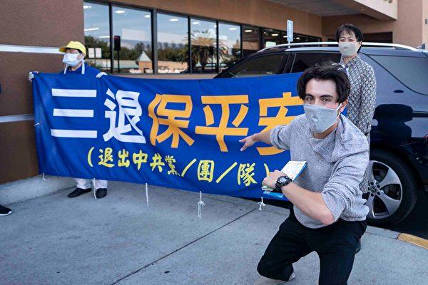 承包商凱勒表示,中共迫害法輪功,犯下滔天大罪,他希望中國人退出中共的黨團隊。(周容/大紀元)