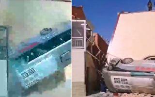 【视频】甘肃载30人客车坠入农家院 13人伤