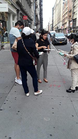 Các tình nguyện viên kêu gọi ký tên ở Manhattan, New York. (Ảnh: Global Service Center for Quitting the Chinese Communist Party)