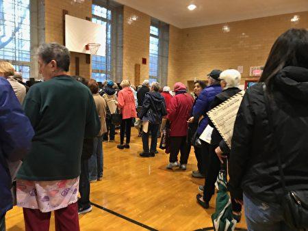 2018年期中选举投票情况,选民冒雨前去投票站,排长龙投票。