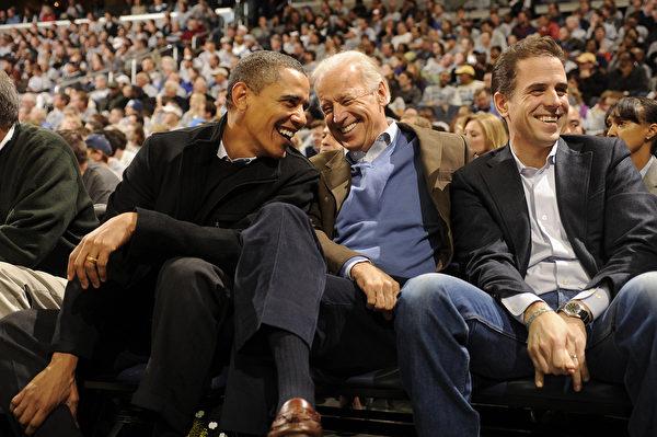 美國前總統奧巴馬(Barack Obama,左)、前副總統喬·拜登(Joe Biden,中)和亨特·拜登(Hunter Biden,右)。(Mitchell Layton/Getty Images)