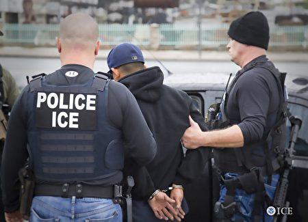 ICE探员日前突袭大纽约地区,执法行动中逮捕54名非法移民。