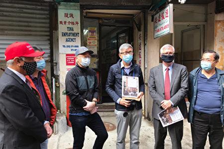 華埠餐飲業者與華埠共同發展機構、華埠商業改進區、州參議員在現場說明超過99%的唐人街餐館不會加收疫情恢復費。