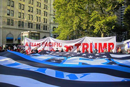 圖為川普總統支持者舉旗在美國印第安人國家博物館前集會。