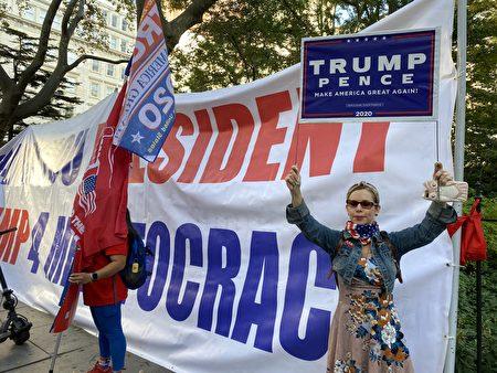 10月21日曼哈頓挺川大遊行前在市政廳前。