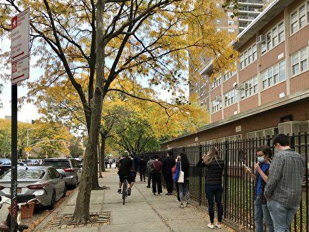 圖為2020年10月24日,選民在下東城亨利街220號的提前投票點外排隊等候。