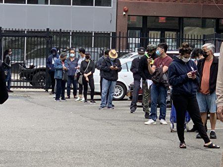紐約提前投票首日,選民踴躍投票。圖為紐約華人社區法拉盛的提前投票站外,選民大排長龍等待入內投票。