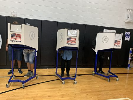 選民在投票。