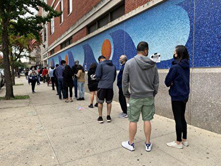 总统大选在纽约州首次允许提前投票,纽约市各大提前投票站外大排长龙。